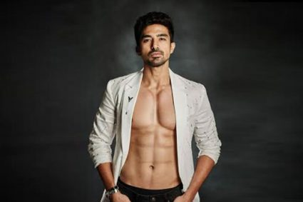 Want six pack abs like Race 3 actor Saqib Saleem? Here's the diet you need to follow! Follow this diet to get six pack abs like Race 3 star Saqib Saleem!